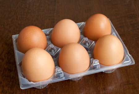 gallina con huevos: Media docena de huevos de gallina frescos en caja de pl�stico