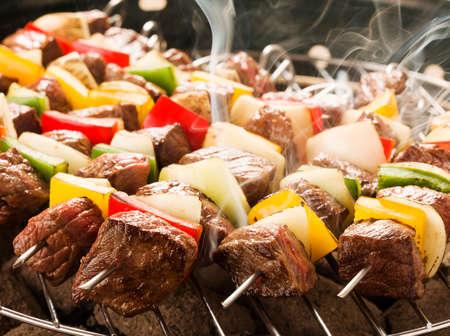 양파와 고추 색상 구이 쇠고기 꼬치입니다.