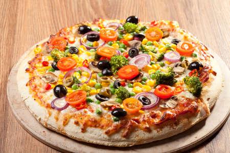 Pizza vegetariana en la placa Foto de archivo - 37876866
