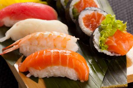 La composición de nigiri sushi con atún, salmón, camarón, pez mantequilla sobre el arroz