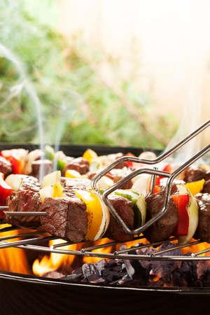 Gegrilltes Rindfleisch-Spiesse mit Zwiebeln und Paprika Farbe. Standard-Bild - 37877166