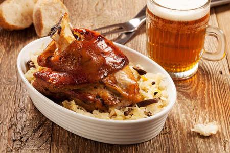冷たいビールのジョッキ添えマスタード、西洋わさび、パンゆでキャベツと豚肉のロースト ナックル