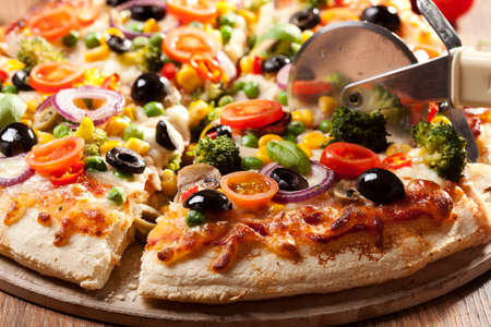 Pizza vegetarisch op plaat Stockfoto