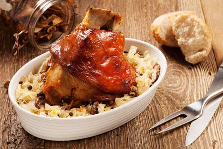 구운 돼지 고기 너클 삶은 양배추, 빵, 와사비, 겨자 제공