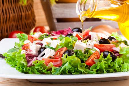 salad in plate: Ensalada griega fresca en un plato Foto de archivo