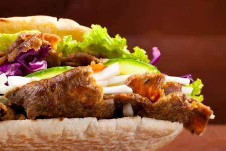 pinchos morunos: Carne Kebab en un mo�o en woodboard