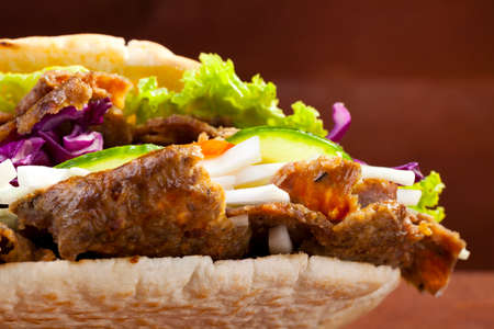 Rundvlees Kebab in een broodje op woodboard Stockfoto - 41142495