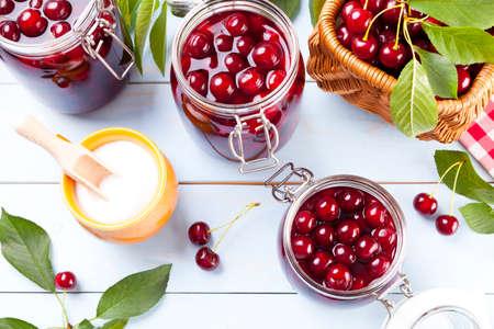 alimentacion sana: Compota de cereza hecho en casa Foto de archivo