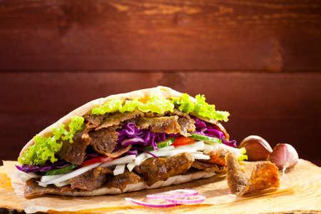 Rundvlees Kebab in een broodje op woodboard Stockfoto - 41142787