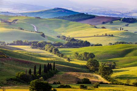 Mooi en wonderbaarlijke kleuren van de groene lente landschap van Toscane, Italië.