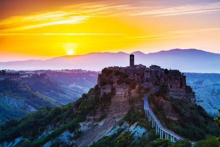 Bagnoregio, de oude stad op sunrice. Toscane, Italië Stockfoto