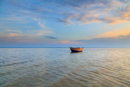 Lonely boot afgemeerd in de baai van Puck - Polen