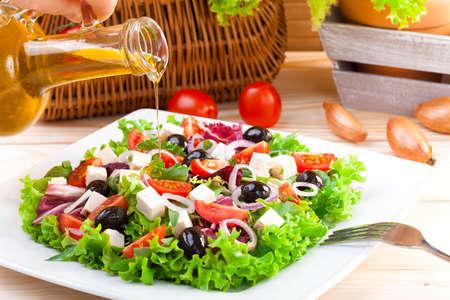 Verse Griekse salade op een plaat Stockfoto - 43794312