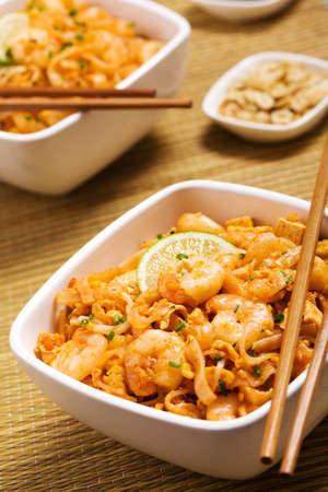chinesisch essen: Thailands nationale Gerichte, rühren-gebratene Reisnudeln. Pad Thai