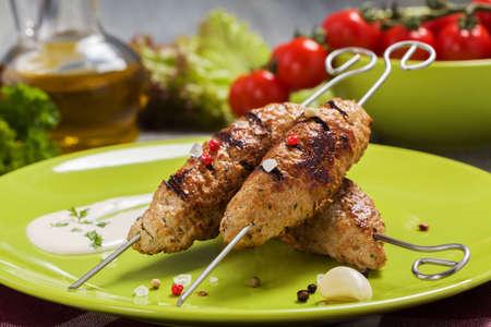 バーベキューのカフタ - 皿の上の野菜と kebeb。選択と集中 写真素材
