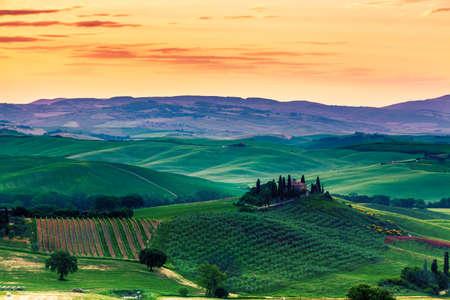 토스카나, 이탈리아의 일몰 녹색 봄 풍경의 아름다운 기적적인 색상. 스톡 콘텐츠