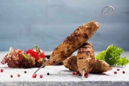 Kofta brace - kebeb con verdure su un piatto. Messa a fuoco selettiva Archivio Fotografico - 44376396