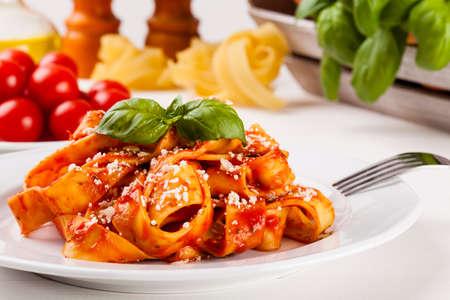 pasta: Tagiatelle Pasta con tomate en woodboard blanco