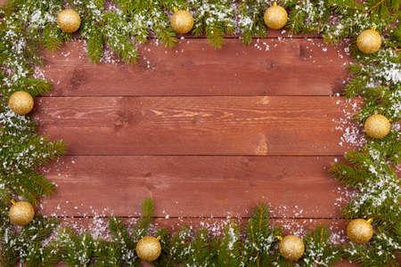 Kerst decoratie op de houten witte achtergrond met sneeuw of zonder Stockfoto