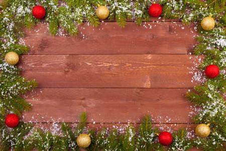 雪の有無の木製の白い背景の上のクリスマスの装飾