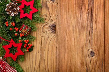 bordes decorativos: Fondo del invierno con verde natural de plantas y la decoraci�n de Navidad
