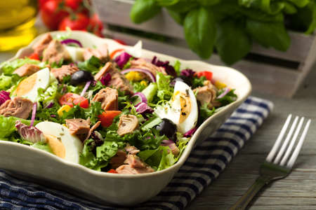 양상추, 계란, 토마토와 참치 샐러드. 스톡 콘텐츠