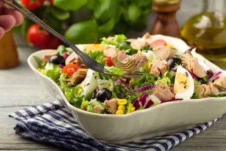 Tonijnsalade met sla, eieren en tomaten. Stockfoto
