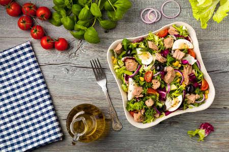 ensalada verde: ensalada de atún con lechuga, huevos y tomates.