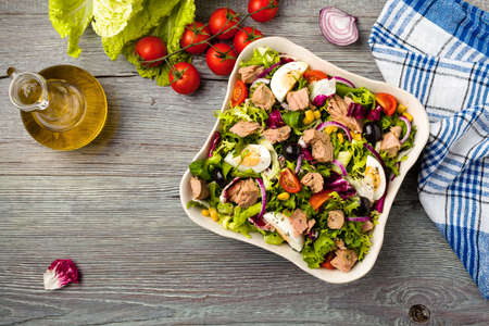 Tuna salad with lettuce, eggs and tomatoes. Stok Fotoğraf - 50592740