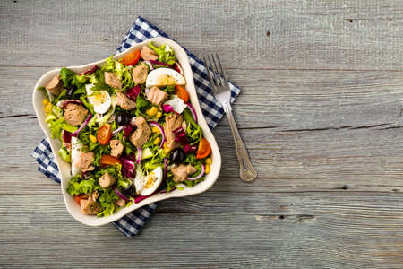 Salade de thon avec de la laitue, des ?ufs et des tomates. Banque d'images - 50592744