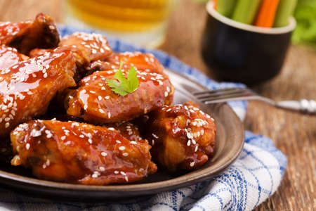 Baked chicken wings in honey sauce sprinkled with sesame seeds. 版權商用圖片