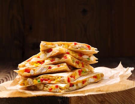 Quesadilla met kip, geserveerd met guacamole of salsa saus. Stockfoto - 52537772