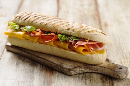 lechuga: sándwich tradicional italiana con jamón y queso servido caliente.