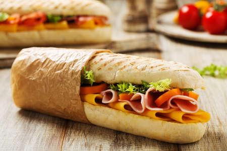 ハムとチーズの伝統的なイタリアのサンドイッチが温かい。 写真素材