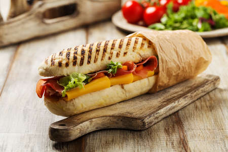 Traditionele Italiaanse sandwich met ham en kaas geserveerd warm. Stockfoto - 61042312