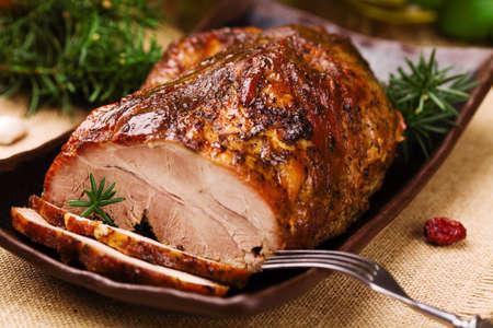 허브와 야채와 구운 돼지 고기.