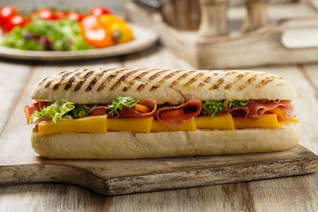 Traditionele Italiaanse sandwich met ham en kaas geserveerd warm.