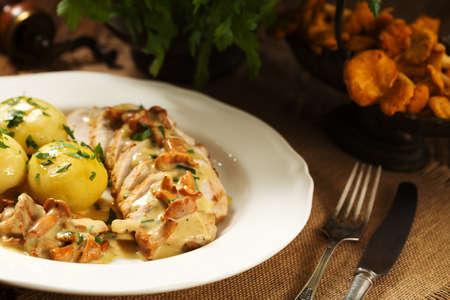 Geroosterde kip geserveerd in een paddestoel cantharel saus. Stockfoto