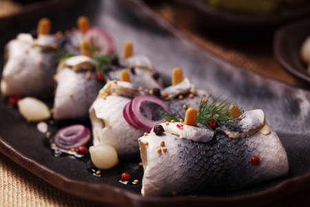 Gerold haring in azijn, geserveerd met uien en augurken. Perfect voor wodka. Stockfoto - 61461570