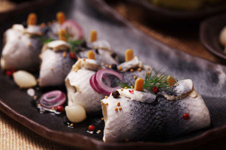 Rolled herring in vinegar, served with onions and pickles. Perfect for vodka. 版權商用圖片 - 61461570