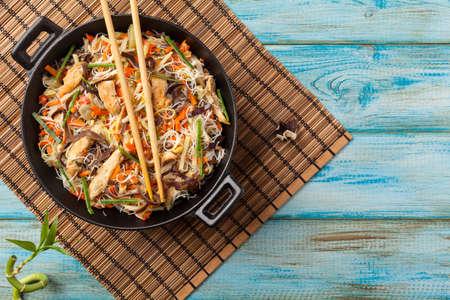 Spaghetti di riso con pollo, funghi mun e verdure, preparati in wok. Vista dall'alto. Archivio Fotografico - 63049528