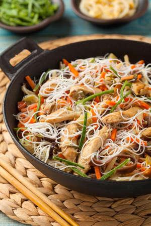 ライス ヌードル チキン、キノコ ムン、野菜、鍋の準備をします。