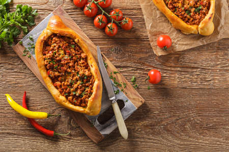 집에서 만든 고기와 치즈를 곁들인 터키 식 비둘기 피자. 평면도. 스톡 콘텐츠