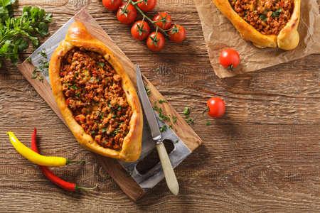Turkse pide pizza met vlees en kaas, zelfgemaakte. Bovenaanzicht.