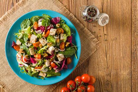 おいしいサラダ豆腐とトマトとクルミの wÅ'aoskimi、バルサミコ酢を使ったソースを添えて、ブルー プレートで楽しめます。平面図です。