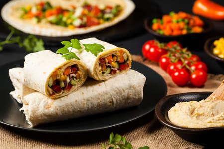 Tortilla Met Groenten En Hummus Met Kikkererwten. Vooraanzicht. Stockfoto