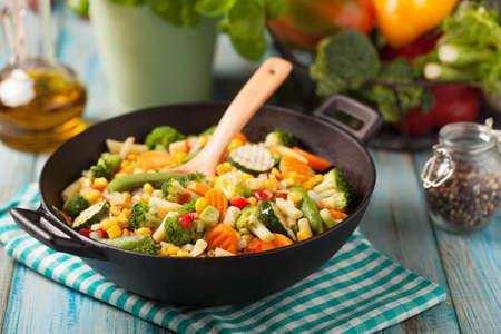 野菜のミックスは、中華鍋で揚げた。正面から見た図。
