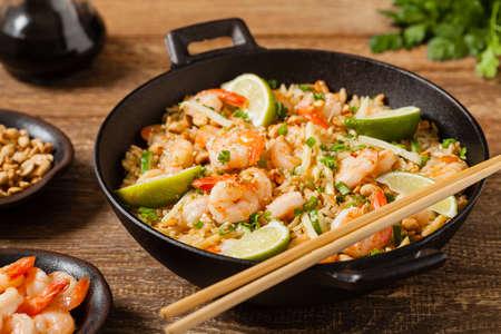 Gebakken rijst met garnalen in het Thais. Bereid in de wok. Vooraanzicht.