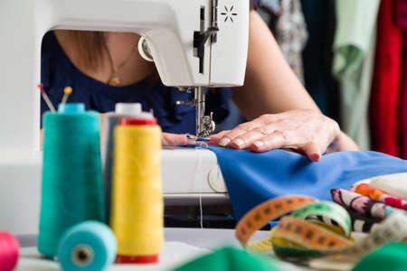Atelier de couture. Grappage du matériau sur la machine. Banque d'images