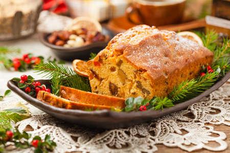 크리스마스 케이크입니다. 과일 케이크. 천연 나무 배경입니다. 평면도. 스톡 콘텐츠
